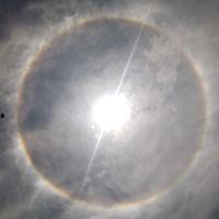 Halos y pilares: dos fenómenos ópticos espectaculares en el Sol y la Luna que parecen ciencia ficción