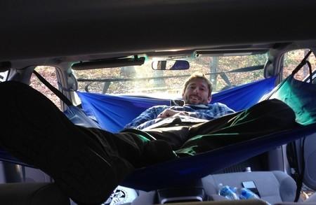 ¿Una hamaca de quita y pon para dormir en tu coche? Se llama Car Hammock