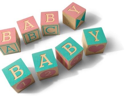 Bloques con letras y números para aprender y decorar en una habitación infantil