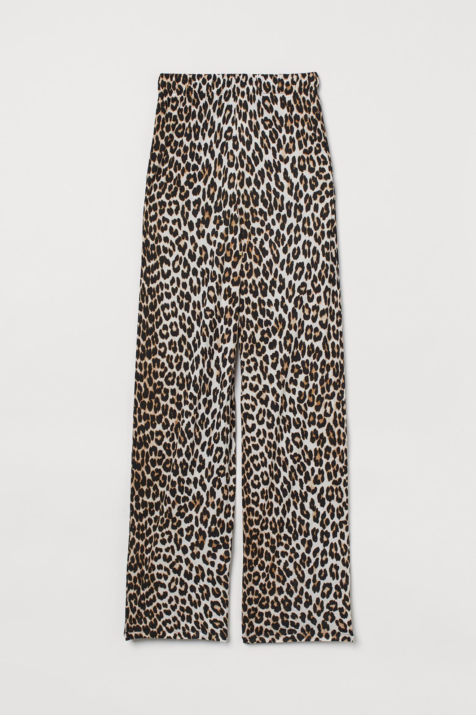 Pantalón en punto suave de viscosa. Modelo de talle alto con elástico revestido en la cintura, bolsillos discretos en las costuras laterales y perneras amplias rectas.