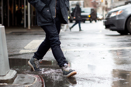 sneakers lluvia street style