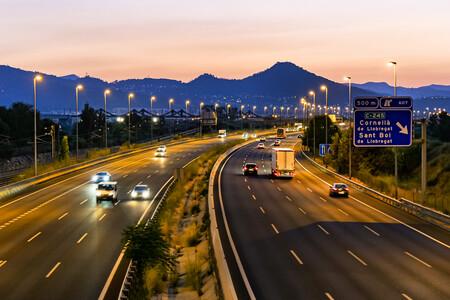 Hacia un futuro de peajes: cómo funciona el pago por circular en las autovías del resto de Europa