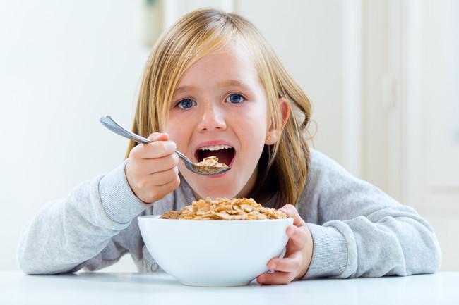 Desayuno Infantil: los cereales cargados de azucar no suelen faltar en los desayunos de los más pequeños.