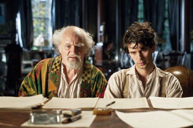 Jim Broadbent y Ben Whishaw en El Atlas de las Nubes
