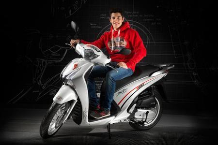 Marc Márquez y la solidaria Honda Scoopy SH125i MM93