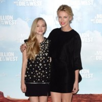Amanda Seyfried y Charlize Theron apuestan por el total black look