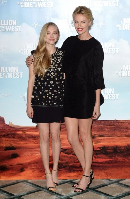 Amanda Seyfried y Charlize Theron apuestan por el total black look