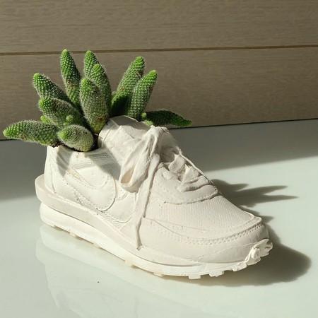 Macetas en forma de zapatillas Nike, gorros Prada y bolsos Jacquemus: esta artista hace maravillas para plantas y ramos de flores