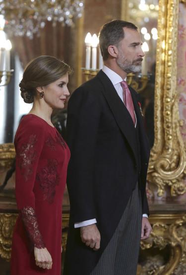 Cuatro años después la Reina Letizia repite vestido en el mismo acto. Y sí, lo defiende a la perfección