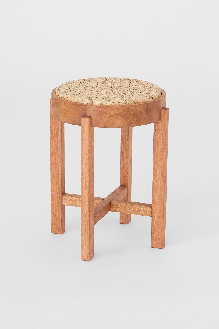 Taburete redondo en madera de eucalipto con asiento en ratán trenzado