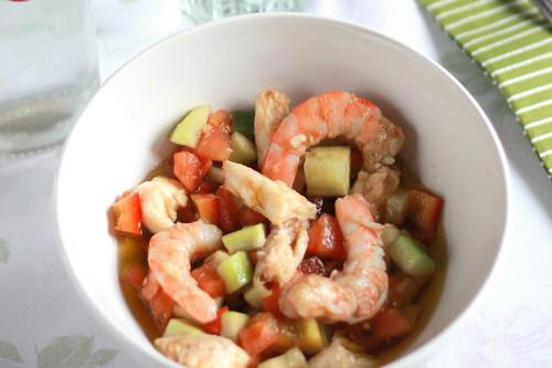 Receta de ensalada nutritiva o salpicón de merluza y gambas