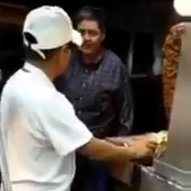 Surge #LordTacos: el taquero al que le tiran su trompo de pastor al piso en la CDMX