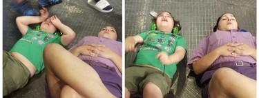 El precioso gesto de acompañamiento de una empleada a un niño con autismo, quien tuvo una crisis mientras visitaba un parque temático