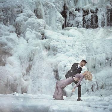La nieve y el hielo se convierten en el escenario perfecto para las preciosas fotos de compromiso de esta pareja