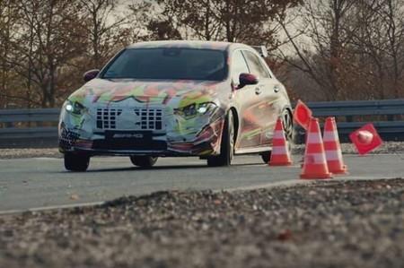 El nuevo Mercedes-AMG A 45 te muestra cómo derrapa con estilo navideño