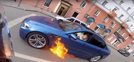 Un BMW M5 sale ardiendo en Rusia y su conductor decide salir disparado por si el aire lo apaga