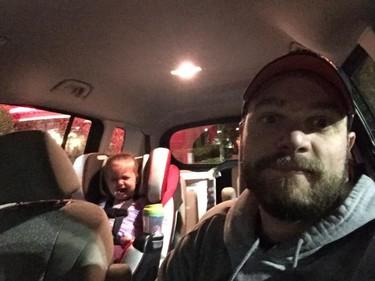 Un padre se defiende de las miradas por las rabietas de su hija y su respuesta se hace viral