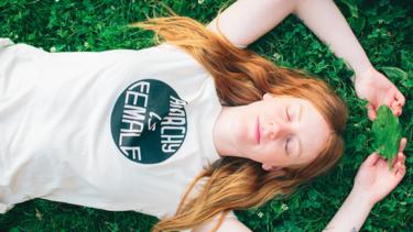Las camisetas feministas no son solo moda, también solidaridad. Y este grupo de diseñadoras lo demuestran