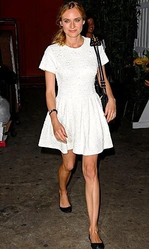 Cómo bordar un look con un vestido blanco