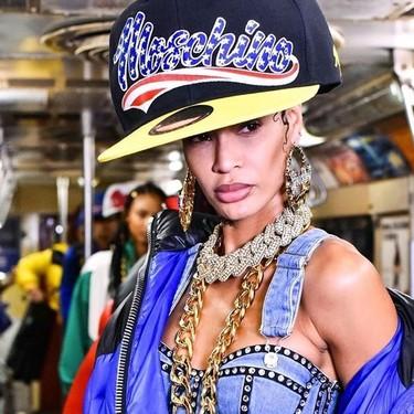 Moschino convierte el metro de Nueva York en su escenario, con un desfile servido en formato extragrande