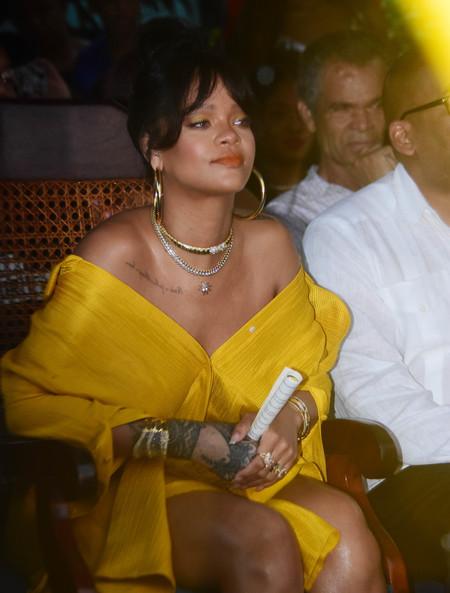 Rihanna escoge el amarillo para celebrar que ya tiene una calle con su nombre: bienvenidos a Rihanna Drive