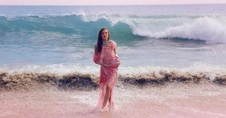 Karlie Kloss chapotea en el agua junto a su envase de Couture La La