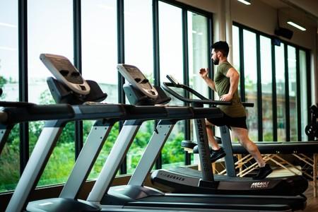 Cómo entrenar cuestas en el gimnasio con la cinta de correr