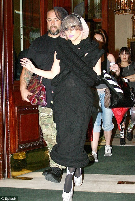 Foto de Lady Gaga besa a un hombre misterioso (1/6)