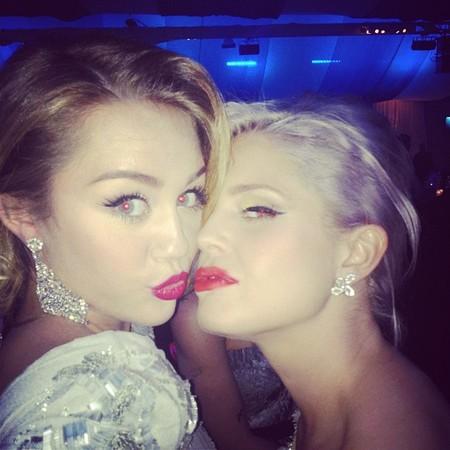 Miley Cyrus y Kelly osbourne fiesta oscars 2012