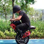 Esta bizarrada es un híbrido entre monociclo y moto eléctrica, alcanza los 48 km/h y cuesta 1.600 euros