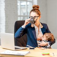Casi la mitad de las madres españolas aún tiene problemas para conciliar lactancia y trabajo fuera de casa