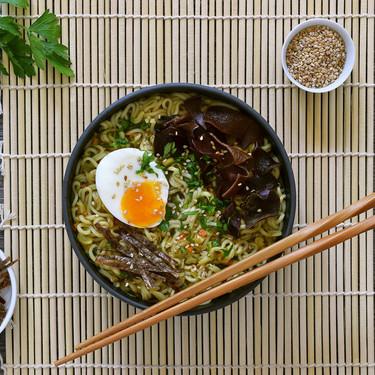 Cómo cocinar noodles o fideos asiáticos instantáneos para que sean más saludables (y mucho más sabrosos)