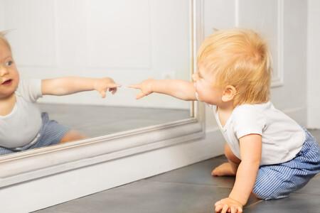 11 beneficios para el bebé de jugar frente a un espejo
