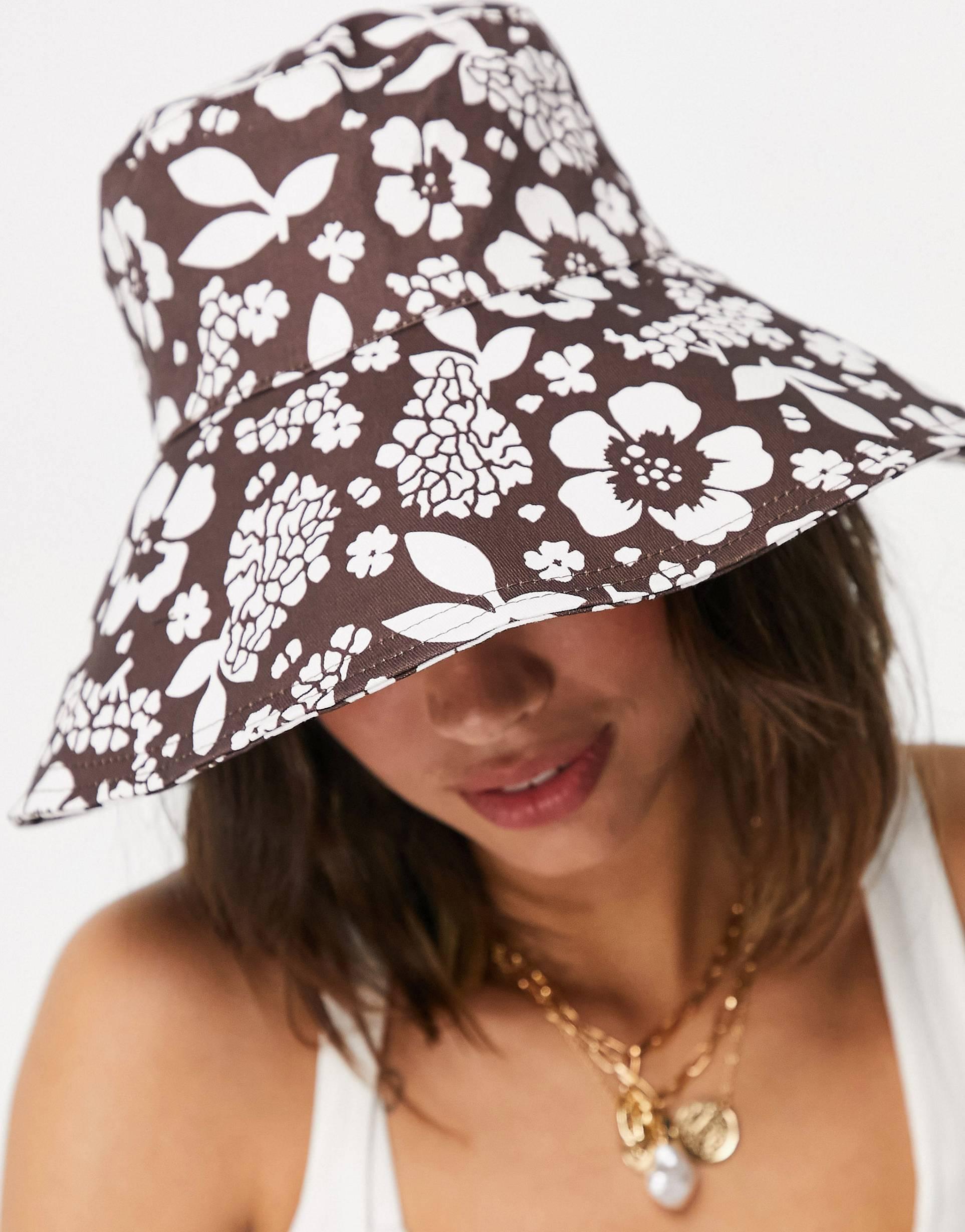 Sombrero de pescador marrón con estampado de flores.