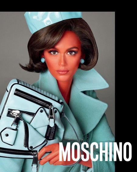 Varias Jackie Kennedy (interpretadas por Gigi Hadid y Kaia Gerber) son las protagonistas de la nueva campaña de Moschino