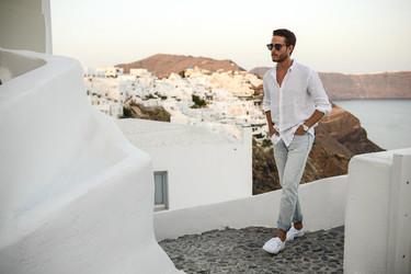 ¿Escaso de inspiración este verano? Coge ideas con los looks de Adam Gallagher alrededor del mundo