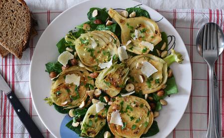 Ensalada templada de hinojo braseado al limón con avellanas: receta saludable