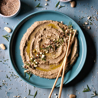 Cuatro tipos de hummus y una receta de crackers de espelta para disfrutarlos en el picoteo del finde