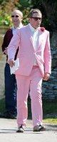 En la boda de Lilly Allen: un traje para hombre color rosa