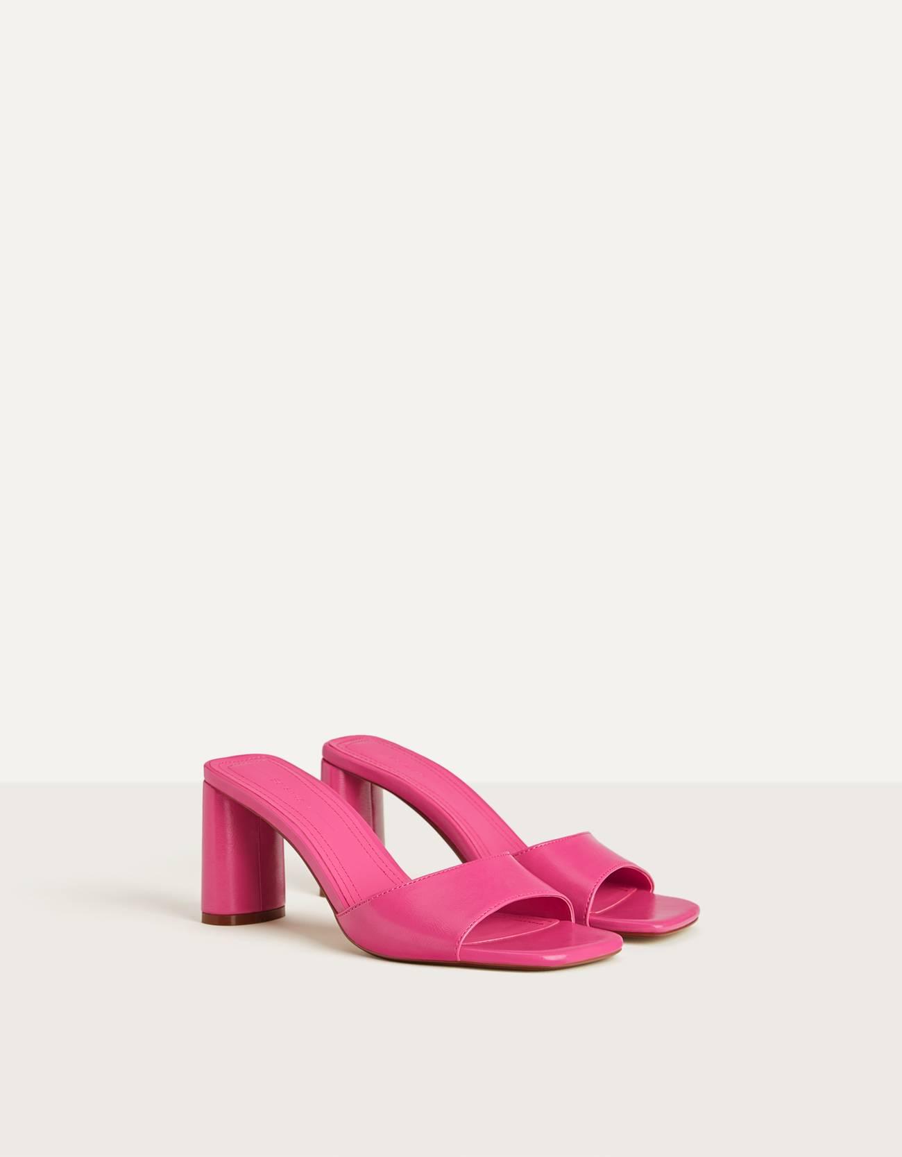 Sandalia tacón en color rosa fucsia. Tipo mule. Punta cuadrada.