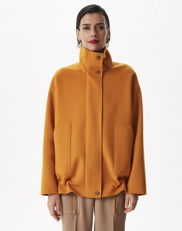 Abrigo de mujer con lana merino y cuello chimenea mostaza