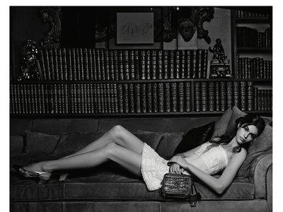 Kaia Gerber posa así de espectacular con la nueva colección de bolsos de Chanel