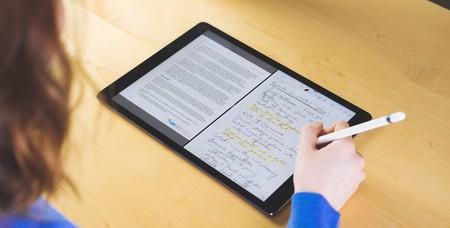 Una estudiante usando el iPad para tomar apuntes a mano alzado con el Apple Pencil