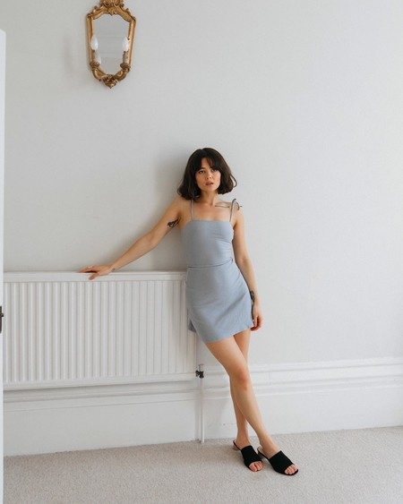 Viajamos al minimalismo de los noventa con estos nueve vestidos lisos entallados (minis y midis) de tirantes finos