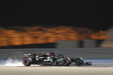 Lewis Hamilton suma otra pole en Baréin y una avería en el McLaren deja tirado a Carlos Sainz