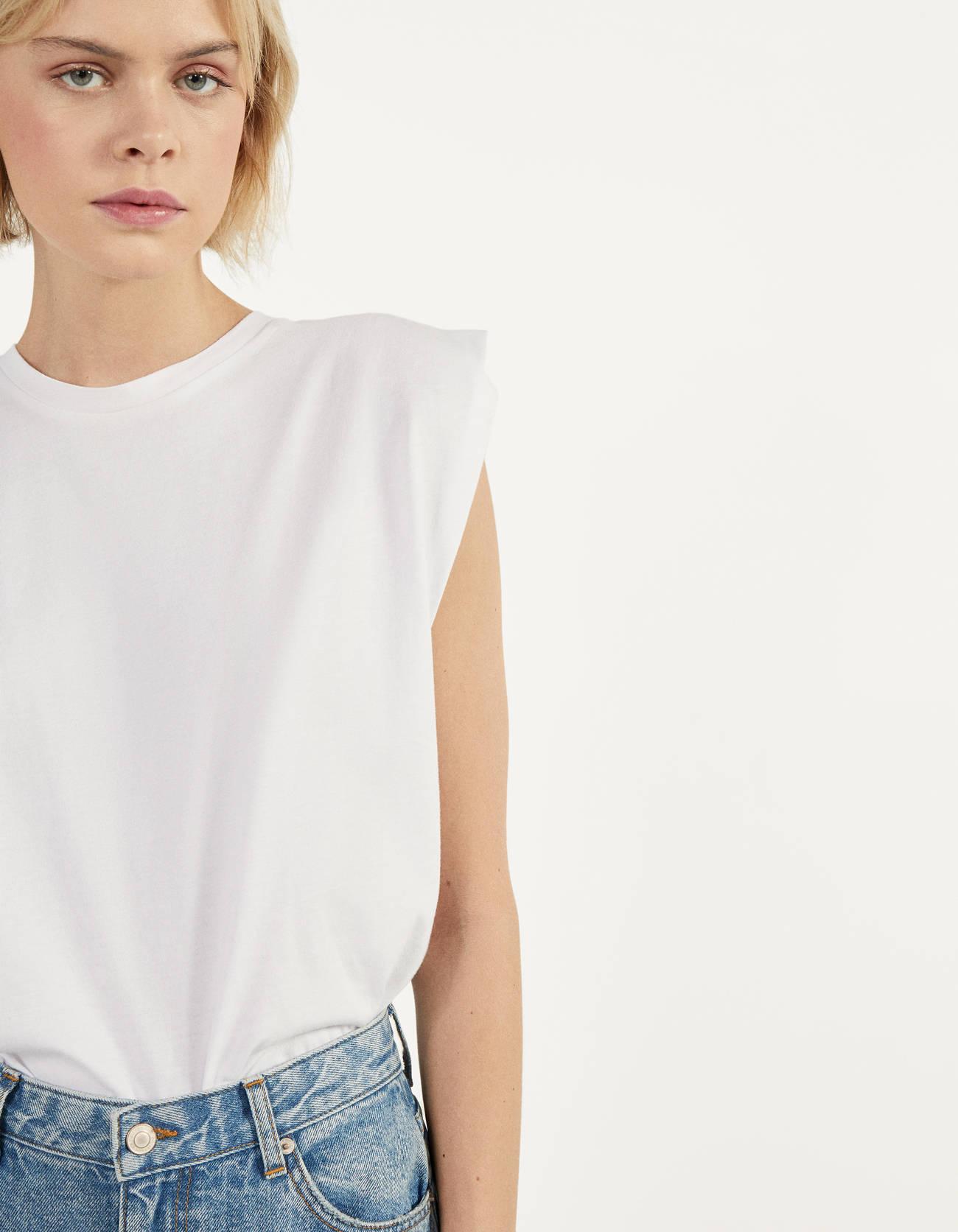 Camiseta con pliegues en hombros