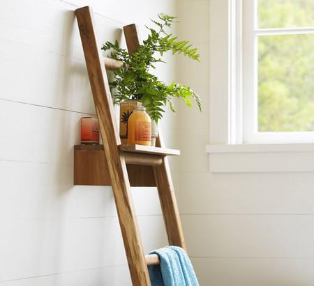 Una escalera para el baño que hace las veces de estantería