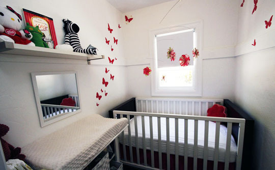 Foto de Mariposas hasta el techo en una pequeña habitación infantil (2/5)