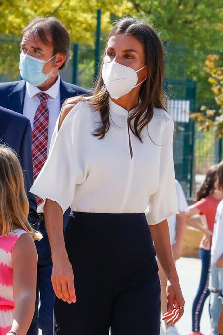 Doña Letizia acude a la inauguración del curso escolar en Zuera con un look en blanco y azul noche de diez para ir a la oficina