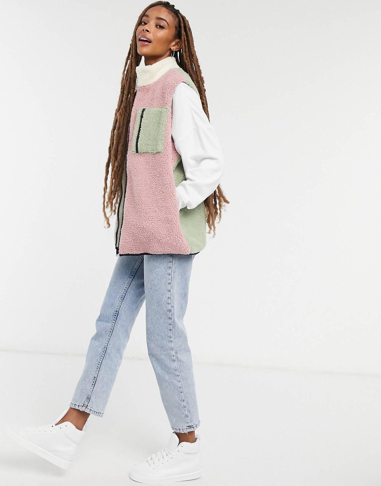 Chaleco holgado de efecto peluche con diseño colour block de Daisy Street